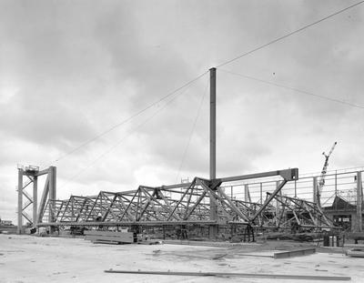 Fletcher Construction Co Ltd - Hangar and Workshop for TEAL, Auckland Airport, Mangere: 1964 lifting on the roof with crane